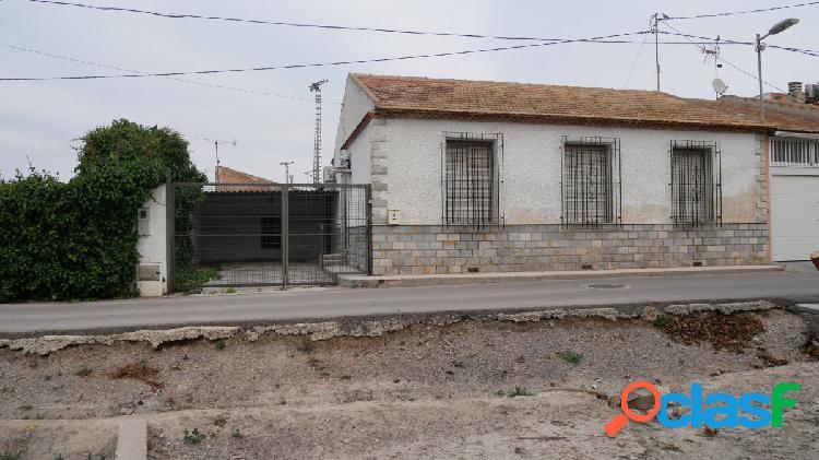 Se vende casa adosada con terreno en zona Club Cordillera,
