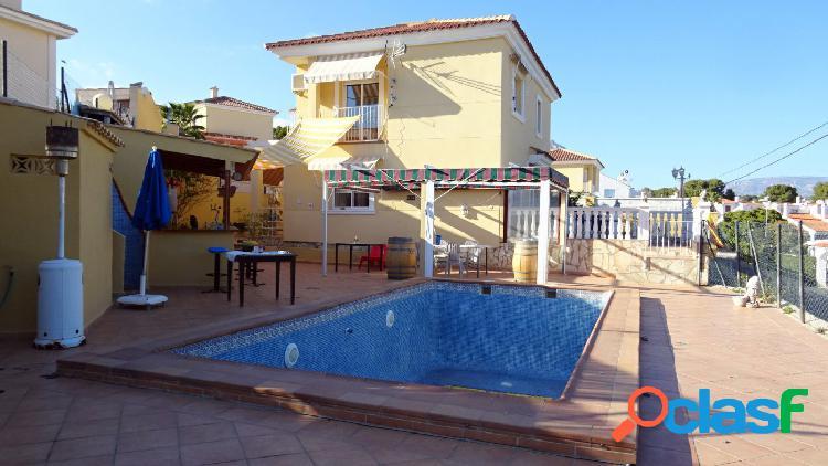 Chalet independiente con piscina privada y garaje cabinado