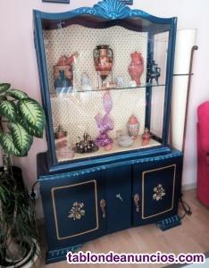 Mueble antiguo decorado azul. Urge venta.