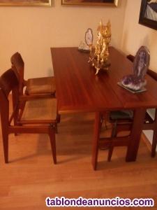 Cuatro sillas y mesa de comedor