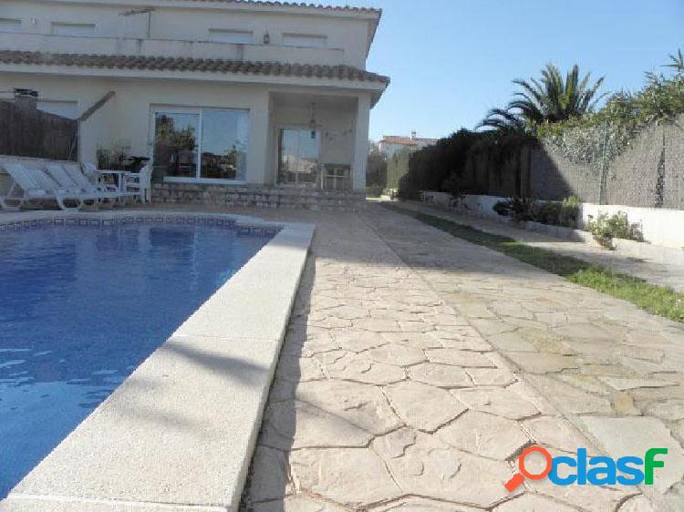 Gran casa con piscina a 5 minutos de la playa.