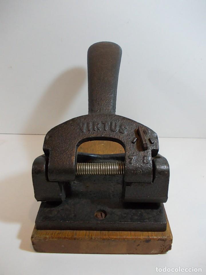 Antigua perforadora en forma maciza de la marca virtus con