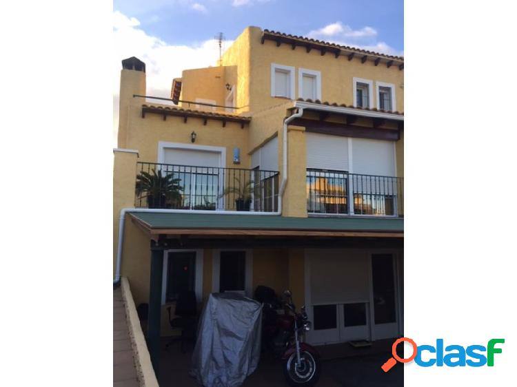 Preciosa villa adosada en La Nucia con vistas al mar y a la