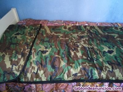 Saco de dormir y camisa militar.