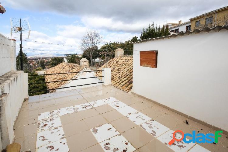 Casa de pueblo de 3 plantas, con bonitas vistas, situada en