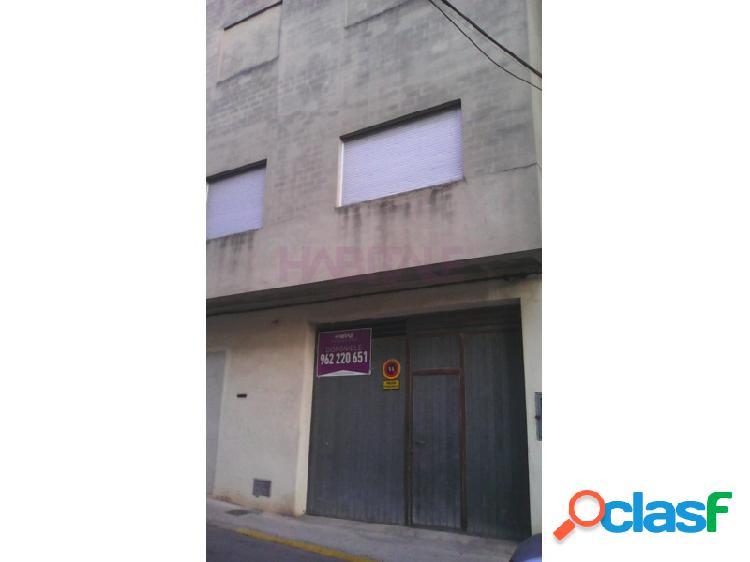 FINCA DE BAJO + DOS PISOS EN PLENO CENTRO DEL PUEBLO