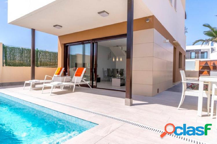 Modernas villas independientes de 3 dormitorios con piscina