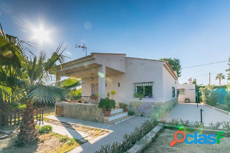 Ref. 03656 - EXCLUSIVA - Chalet con un bonito jardín agua y