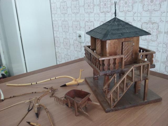 Hórreo de madera hecho a mano, color oscuro y herramientas