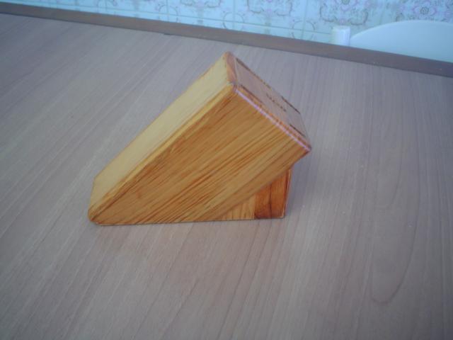 Taco de madera color natural, protegido con barniz, para