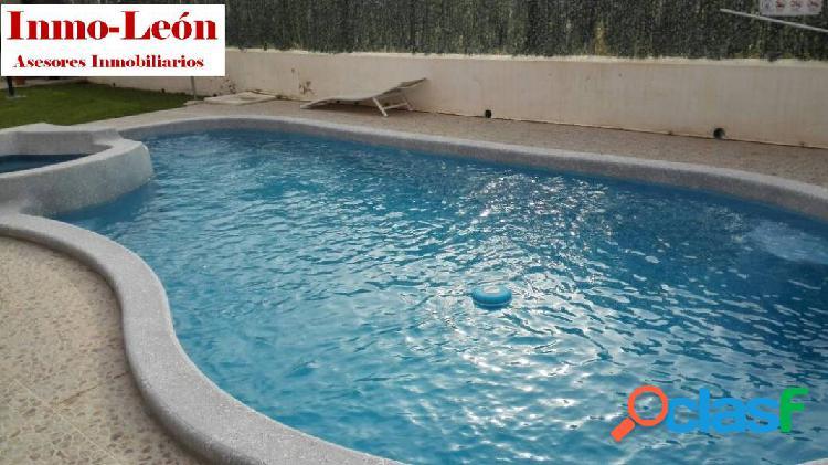 Piso en San Isidro, urbanizacion con piscina, barbacoa,