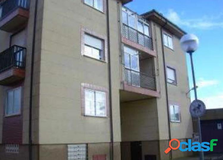 Urbis de ofrece un piso con plaza de garaje en Carbajosa,