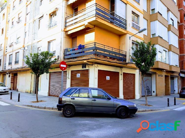 Venta de bajo para negocio en la calle Marques de Montortal,