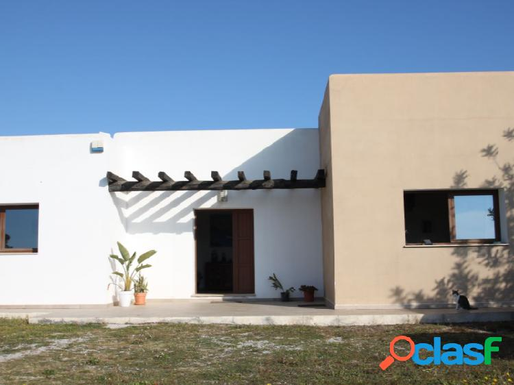 Villa de nueva construcción y con gran terreno en Santa