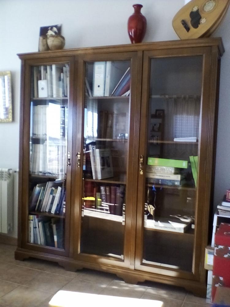 Librería de madera con puertas de cristal