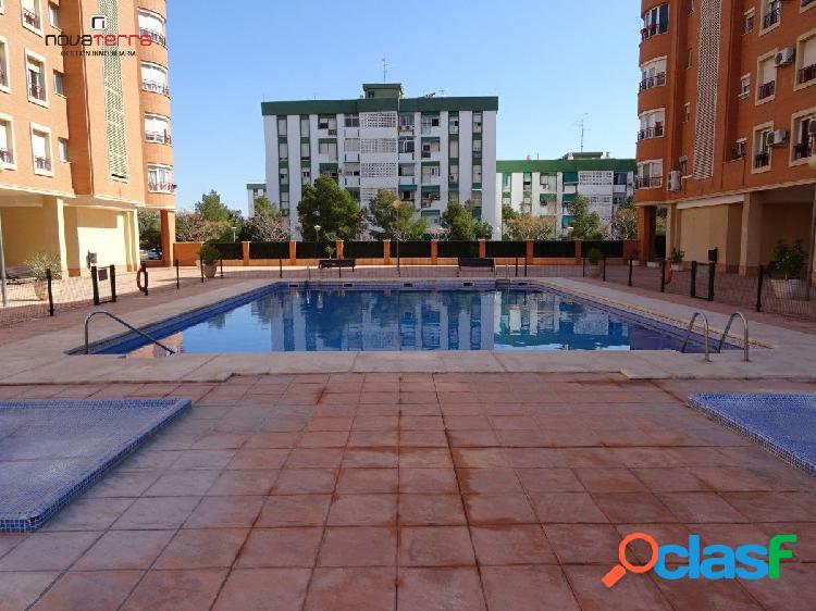 Se vende piso con ascensor, piscina comunitaria. plaza de