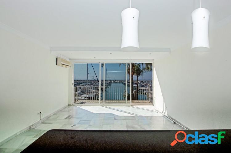 Exclusivo apartamento en Puerto Banús. Vistas flotantes.