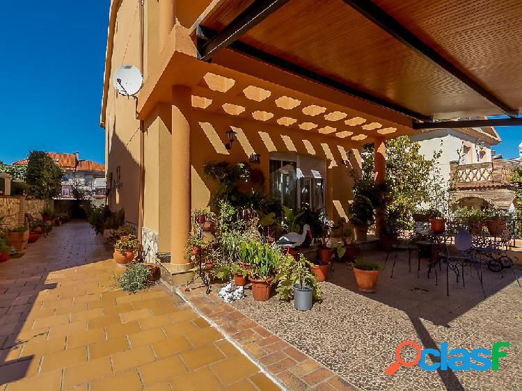 Chalet en venta de 300 m2 en Calle Piscis, Cáceres.