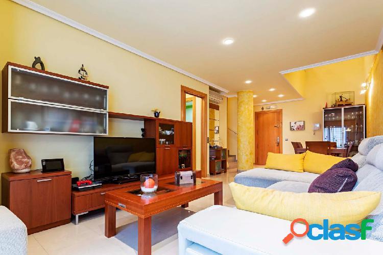 Piso tipo duplex de 3 dormitorios y 2 baños en la zona