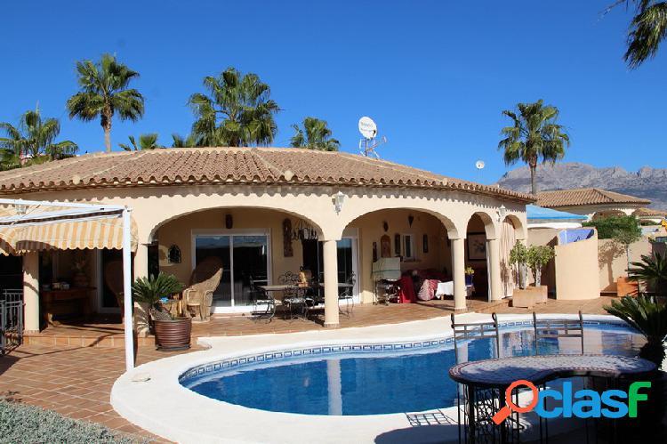 Villa de estilo mediterráneo con piscina en La Nucia