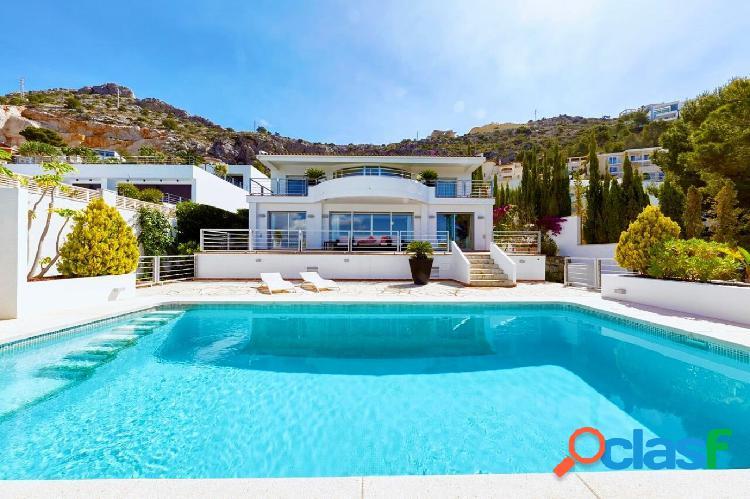 Villa de estilo mediterráneo moderno con apartamento de