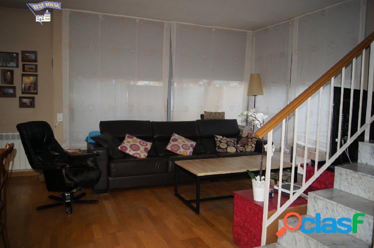 Casa Adosada esquinera de 189 m2, 4 hab, 2 baños y 1 aseo,