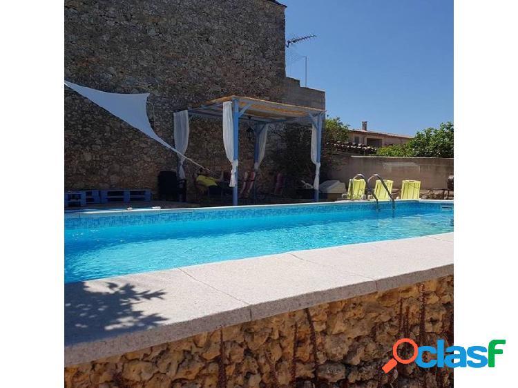 Casa de pueblo de 240m2 con 100m2 de jardín con piscina