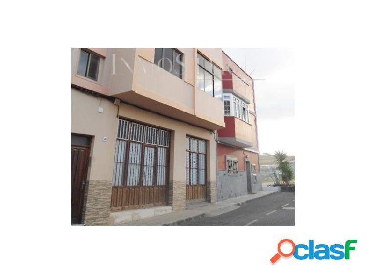 Casa edificio de 2 apartamentos y un local comercial en Las