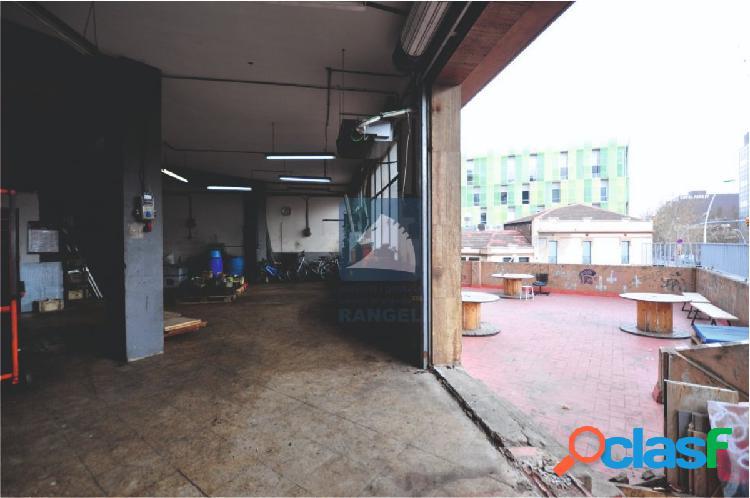Local de 100 m2 con patio comunitario