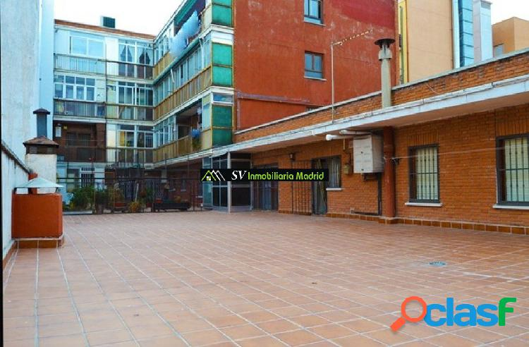 PISO EN MADRID, PATIO DE 137m2, TRES DORMITORIOS, AL LADO