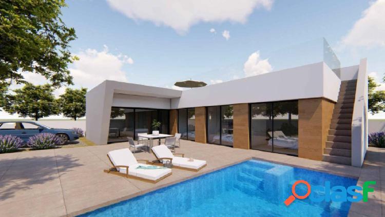 Villa de nueva construcción con azotea y piscina