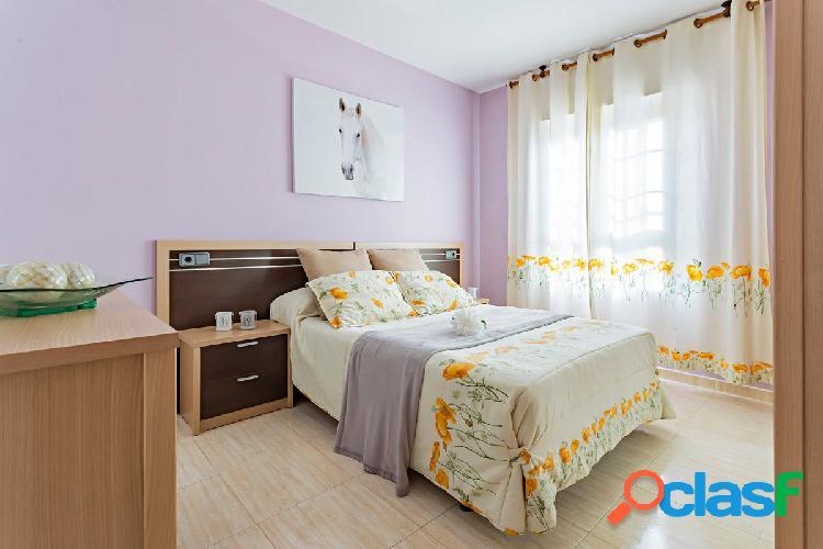 Colorido piso en planta baja con acceso llano ideal para