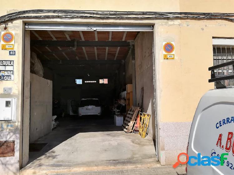 Se alquila amplio local de oficina en zona San Blas, libre