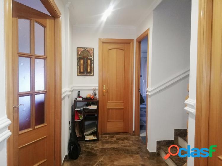Casa adosada seminueva con 3 dormitorios, dos baños, aseo y