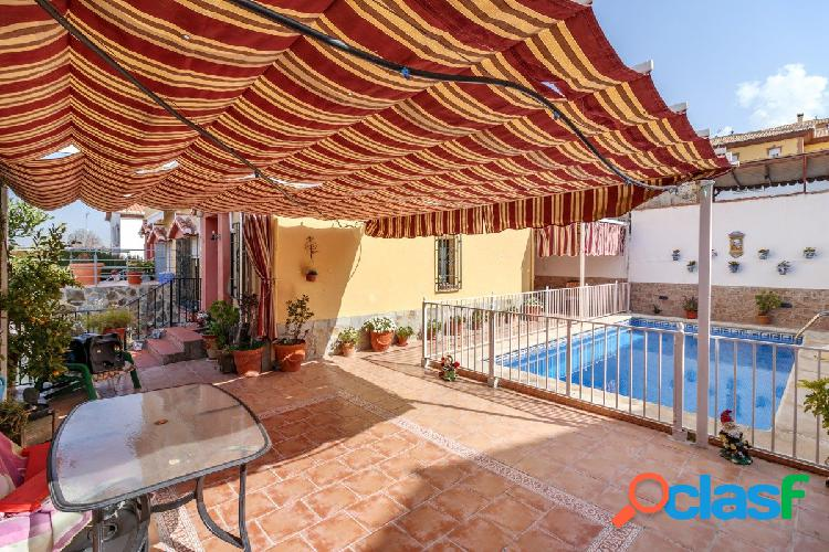 Casa pareada en Gójar. Con piscina privada y un patio para