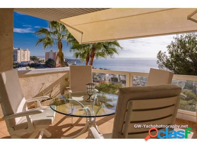 Espectacular piso de 130 m2 con vistas a la bahía. Situado