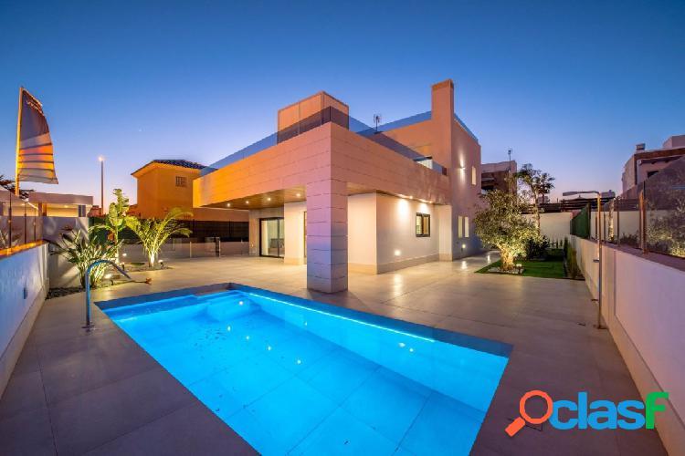 Villa nueva con muebles y piscina en Cabo Roig