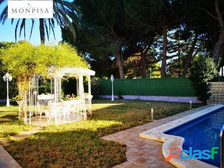 Chalet de estilo mediterráneo con piscina privada sobre