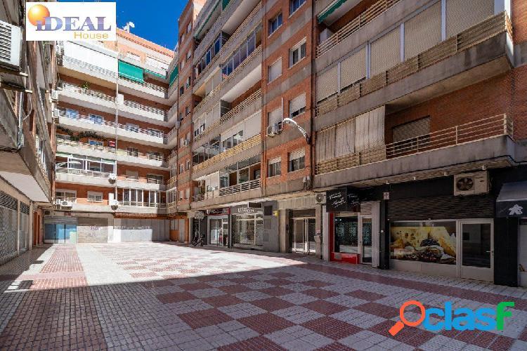 A4248J6. Piso de 4 dormitorios en una buena zona de Granada,