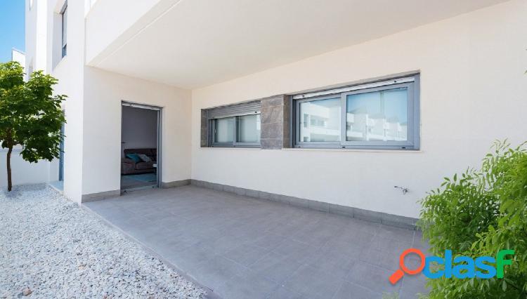 Apartamento en planta baja con jardín privado y piscina