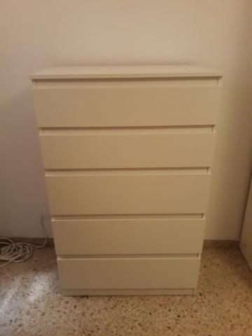 Comoda blanca de 5 cajónes.