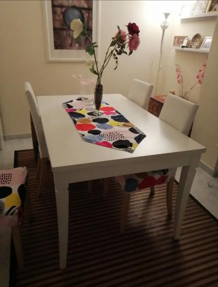 Vendo preciosa mesa de madera para 4 o 6 personas