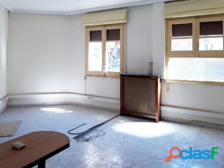 Amplio piso a reformar, situado en zona céntrica de