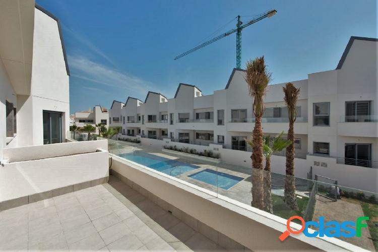 Apartamento planta alta con solárium privado y piscina