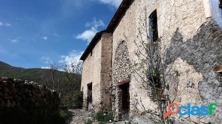 Casa de Pueblo en Eriste, con patio y cuadras.