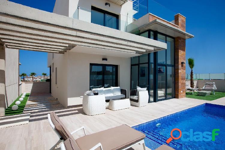 Chalet independiente estilo moderno con piscina privada en