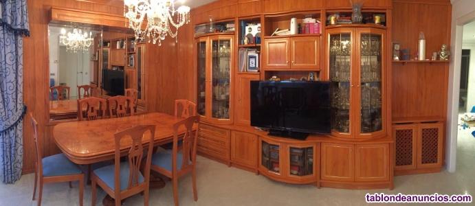 Mueble de salón con mesa de madera maciza y sillas