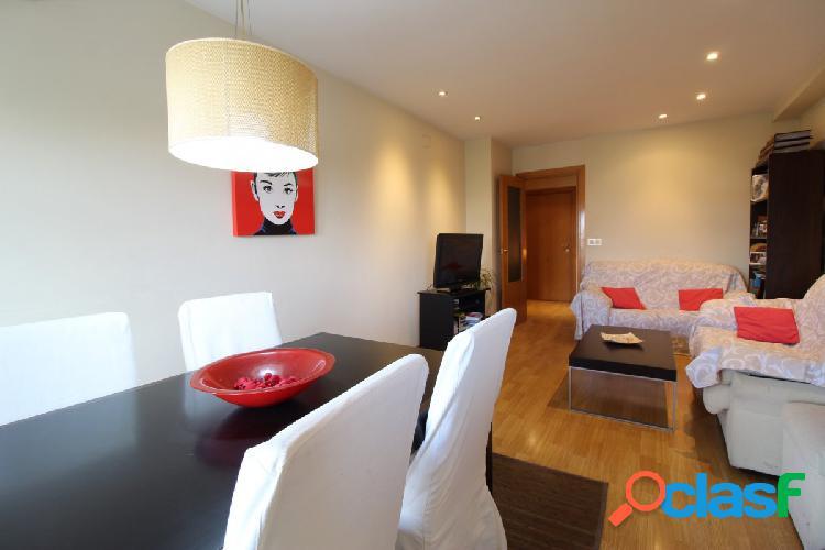 Se vende bonito piso en residencial zona Alfahuir.