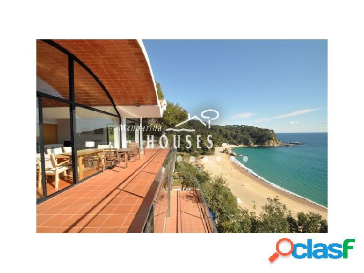 Villa en primera línea de mar en Cala Canyelles - ref.0976