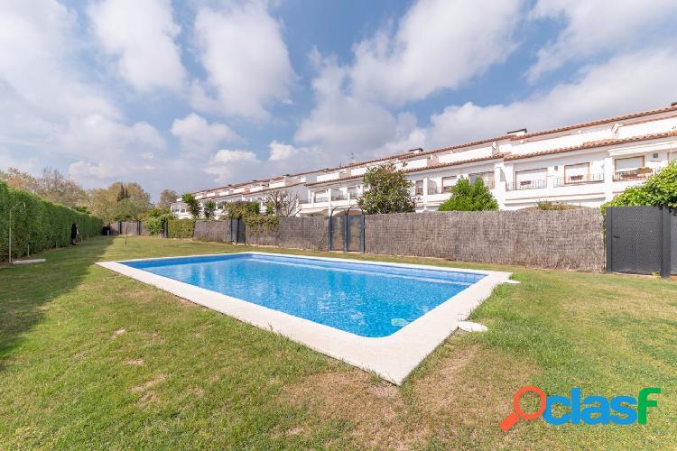Amplia casa adosada en venta, con piscina comunitaria, Can